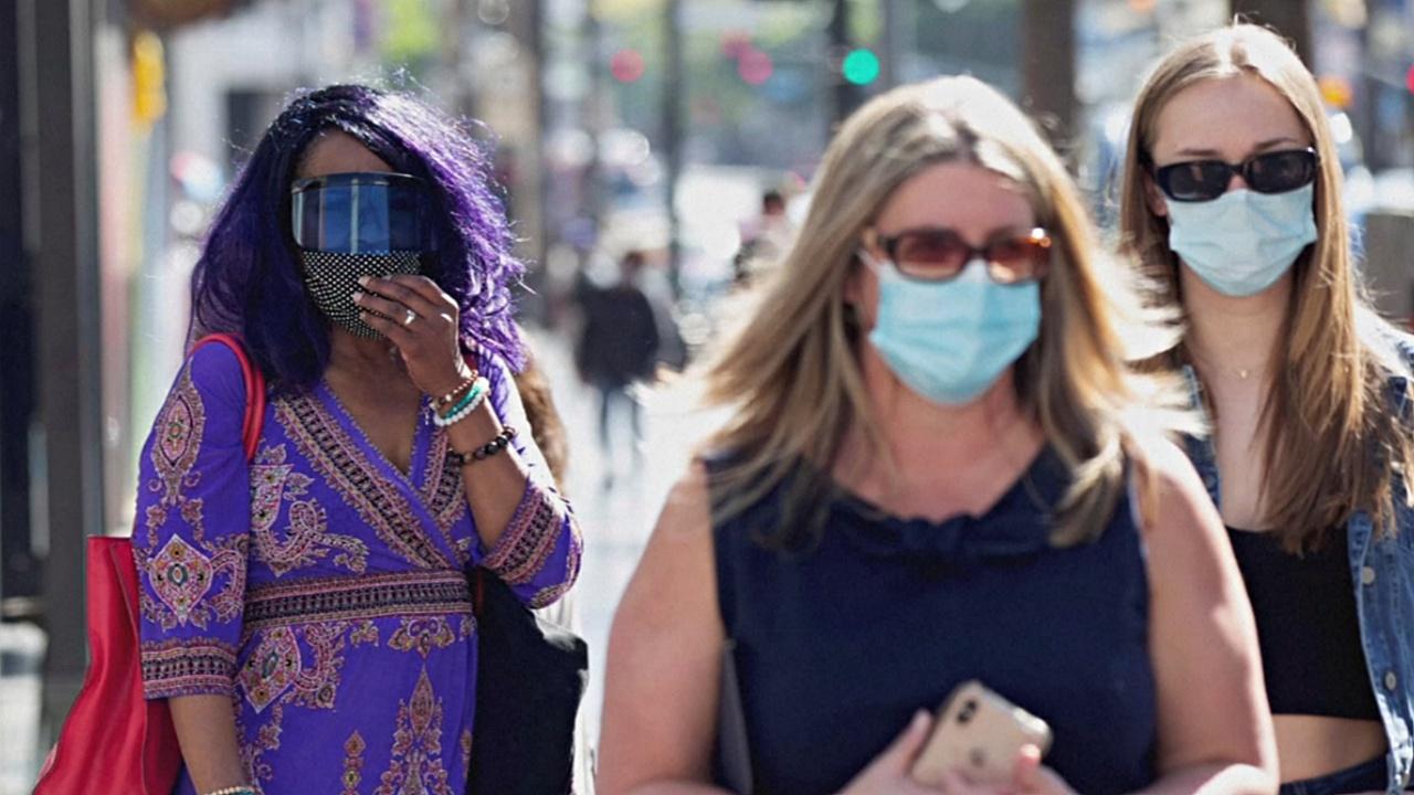 Вакцинированных американцев снова призвали надеть маски