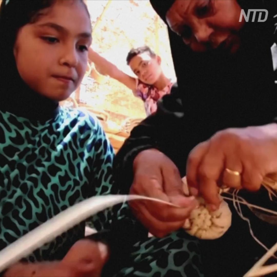 Все жительницы египетской деревни плетут изделия из пальмовых листьев