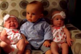 Малыш впервые видит сестёр-близнецов. Весёлое видео.