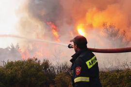 Ночь в огне: пожар вплотную подошёл к Афинам