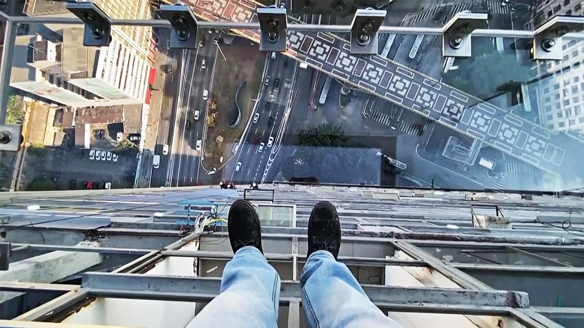 Пощекотать нервы: кто готов сделать фото на прозрачном балконе в Сан-Паулу