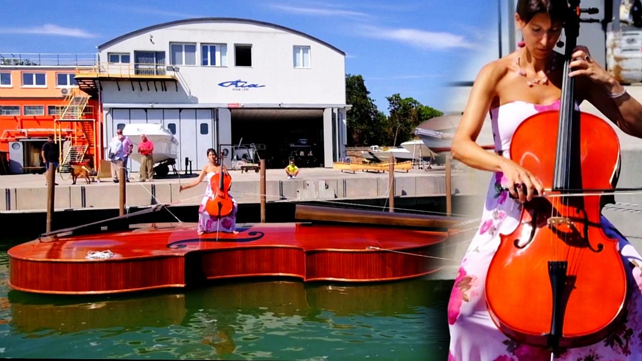Зачем в Венеции построили лодку в виде гигантской скрипки