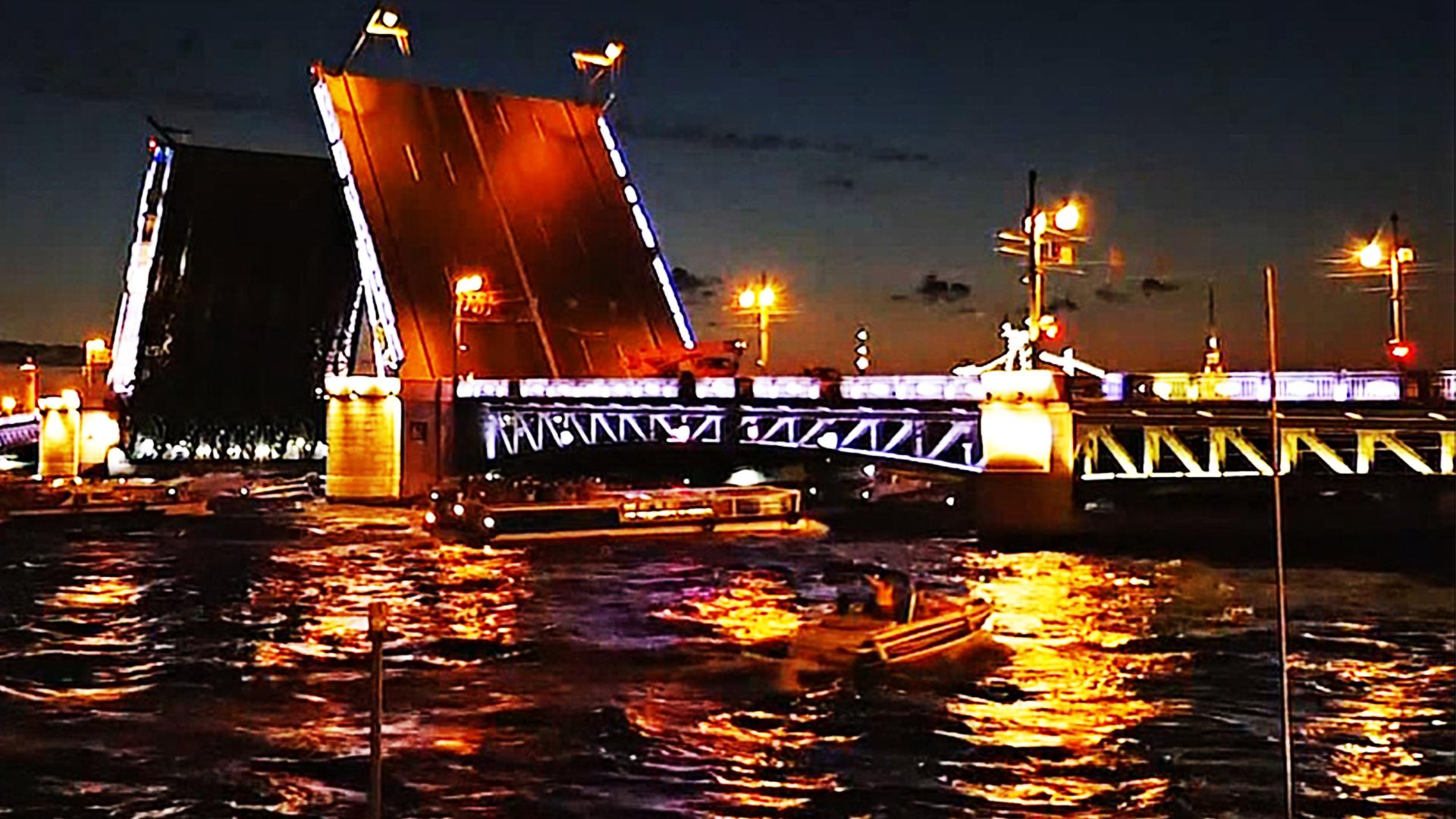 «Поющие мосты»: ночное шоу музыки и света в Санкт-Петербурге