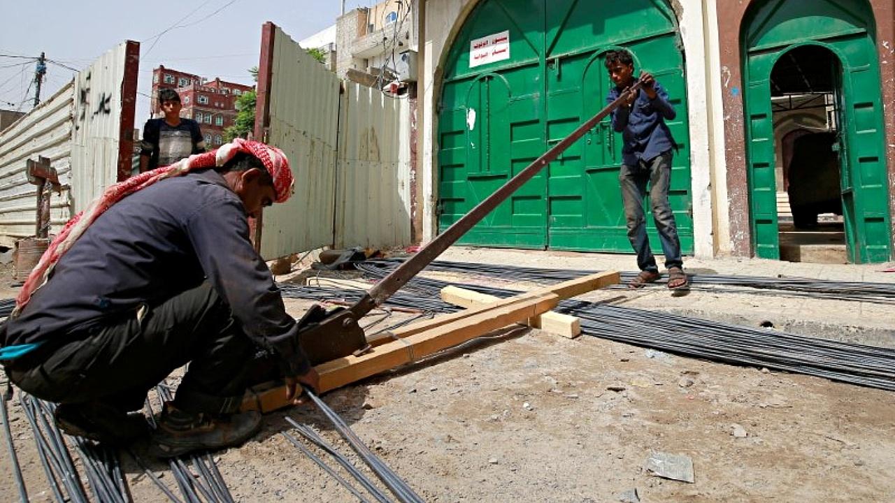 Йеменские дети вместо школы идут сворачивать курам головы и резать прутья