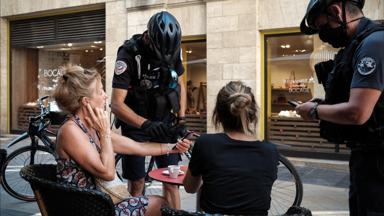 Полиция Парижа патрулирует рестораны в поисках беспрививочников