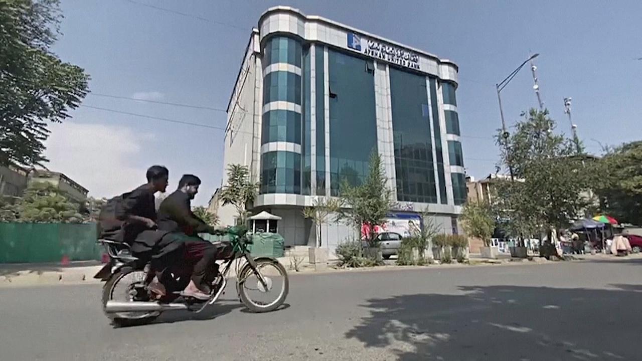 Растущие цены, закрытые банки: как афганцам живётся при «Талибане»*