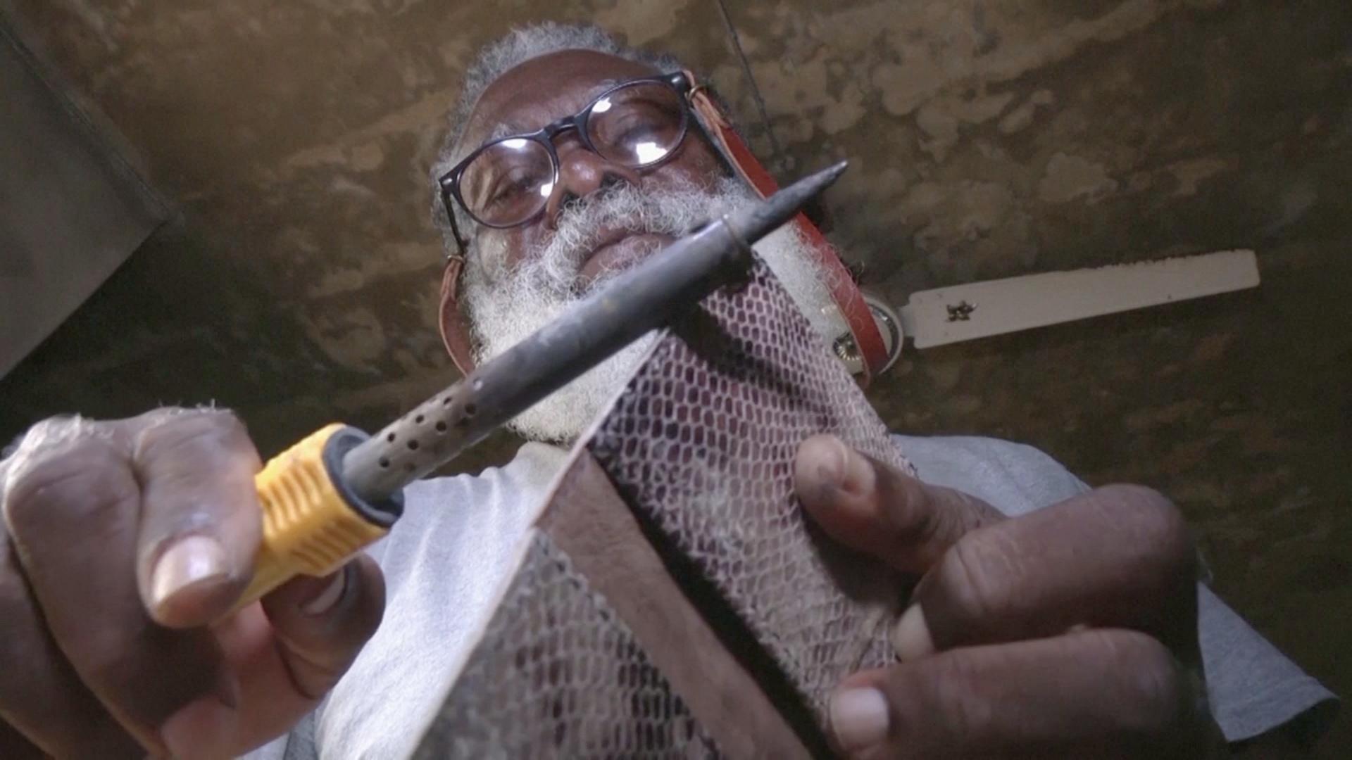 На взлёте карьеры: нигерийскому кожевеннику некогда уходить на пенсию