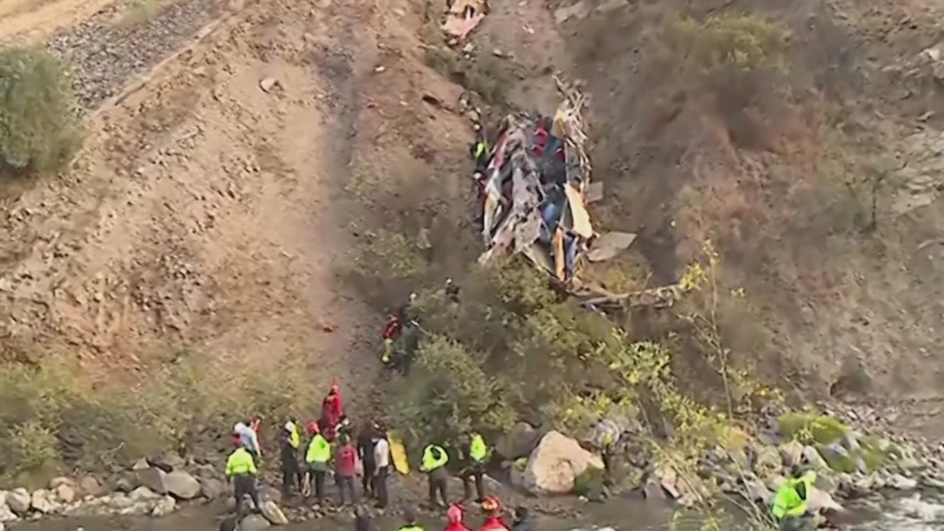 В Перу автобус сорвался в пропасть, десятки жертв