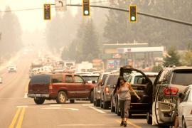 Тысячи людей бегут от пожара близ озера Тахо в США