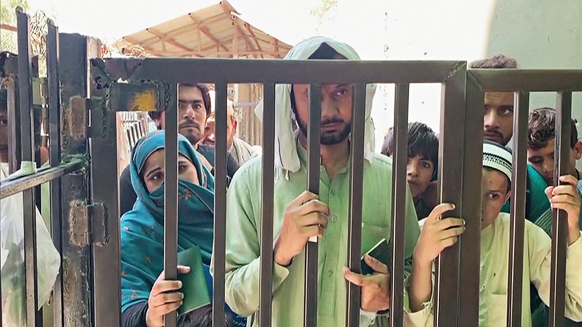 Толпы пакистанцев ждут у КПП и не могут покинуть Афганистан