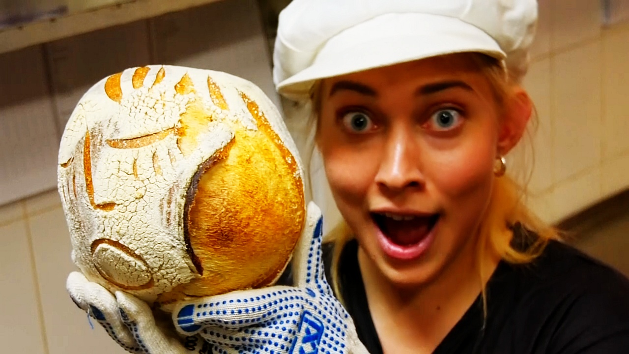 Улыбающийся хлеб: московская актриса печёт необычные караваи