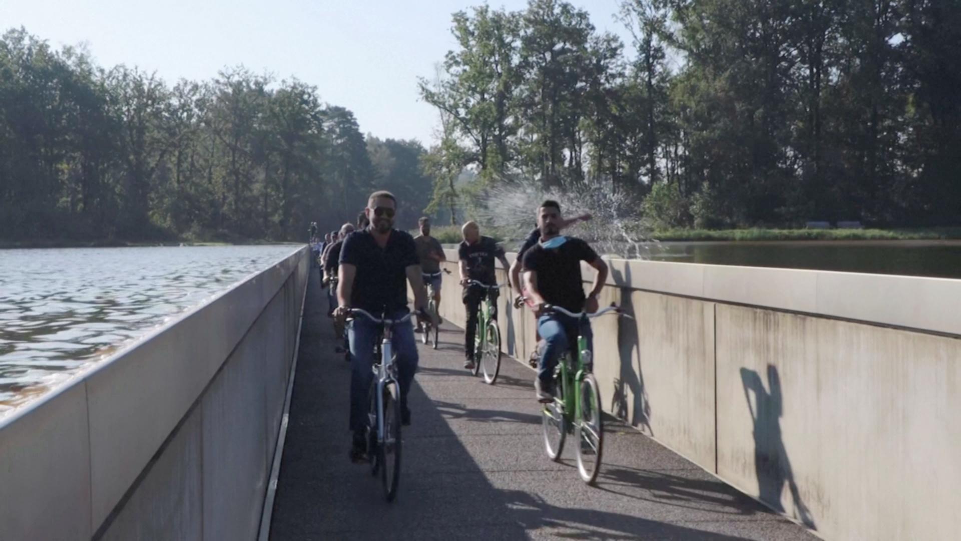 На велосипеде сквозь пруд: в Бельгии сделали уникальную велодорожку