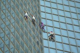 «Человек-паук» и «три мушкетёра» покорили небоскрёб под Парижем
