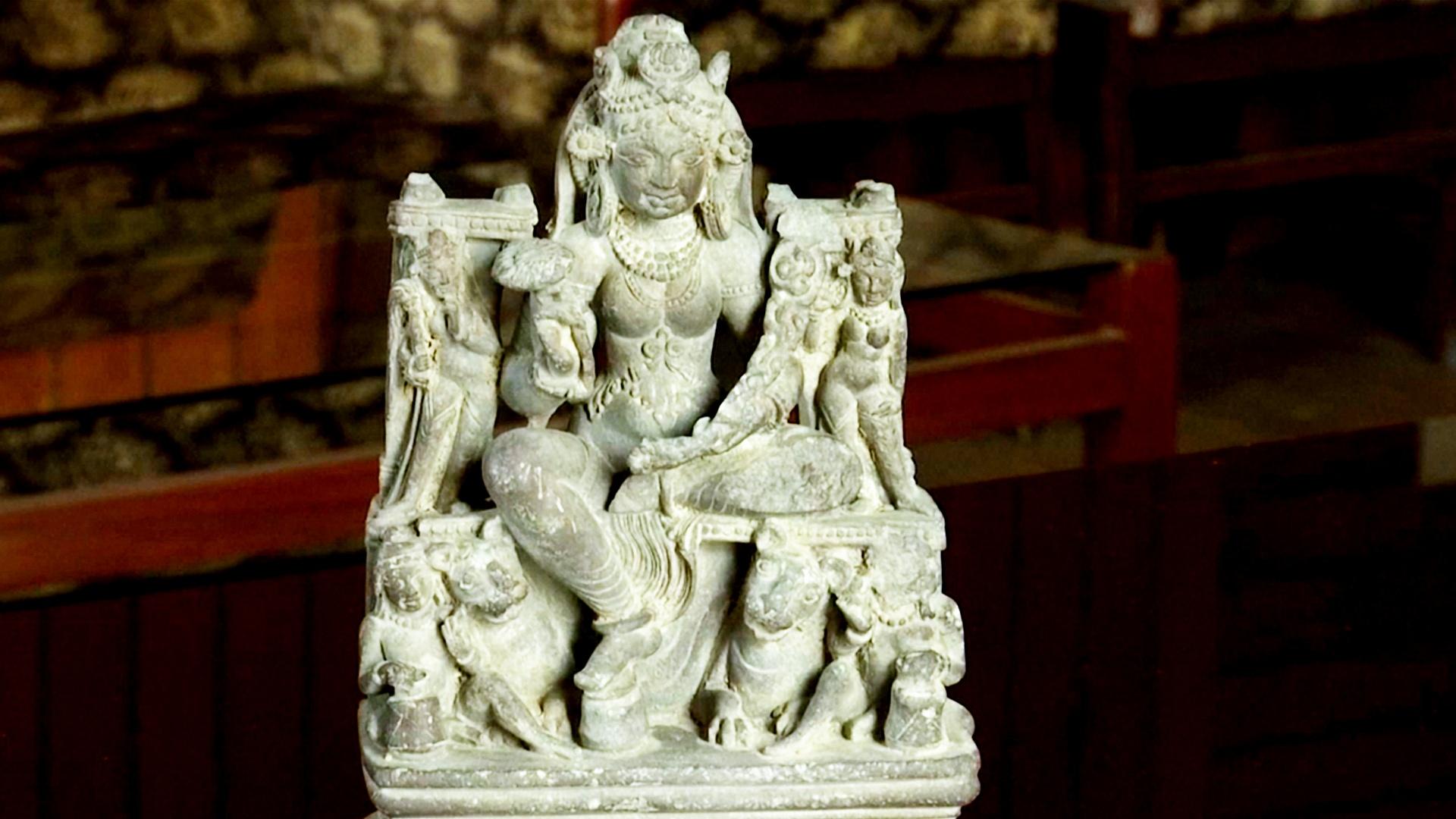 1300-летнюю статуэтку случайно нашли в реке в Индии