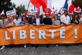 Тысячи французов снова протестовали против обязательной вакцинации