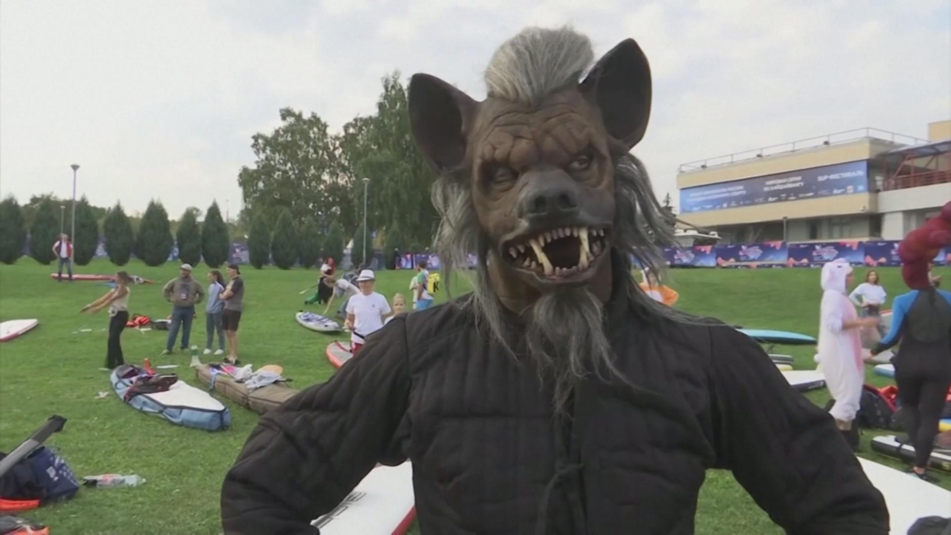 Гребцы в маскарадных костюмах: в Москве прошёл заплыв сапсёрферов