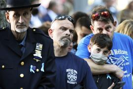 Люди со всего мира поминают в Нью-Йорке погибших 11 сентября