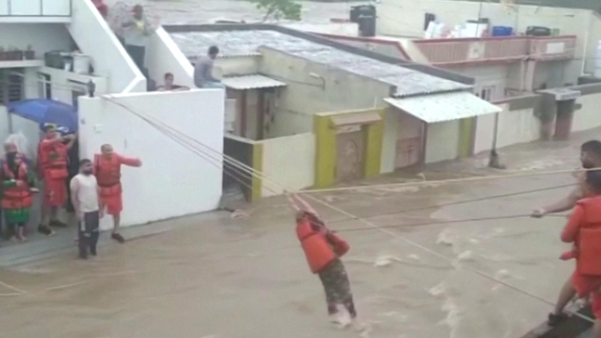 Наводнения в Индии: спасатели работают не покладая рук