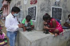 Индийский учитель ведёт уроки на дороге