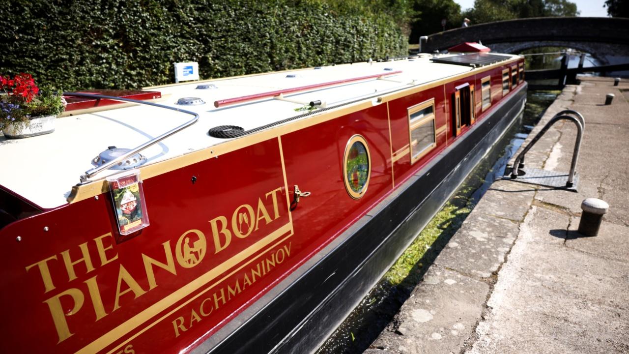 Рояль на воде: по Лондону плавает необычное судно