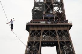 Слэклайнер прогулялся над Парижем на высоте 70 метров