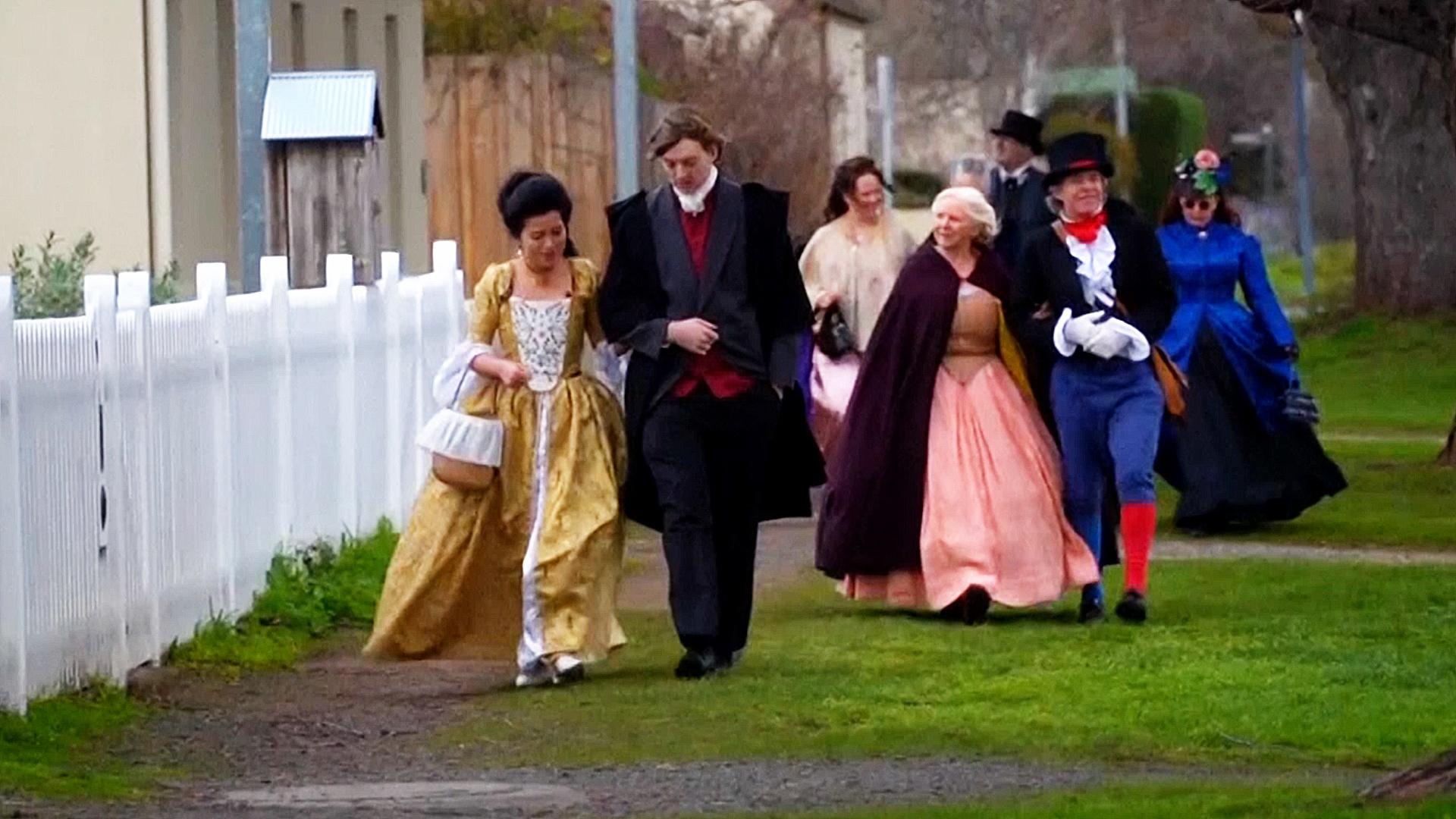 В нарядах XIX века по австралийской глубинке