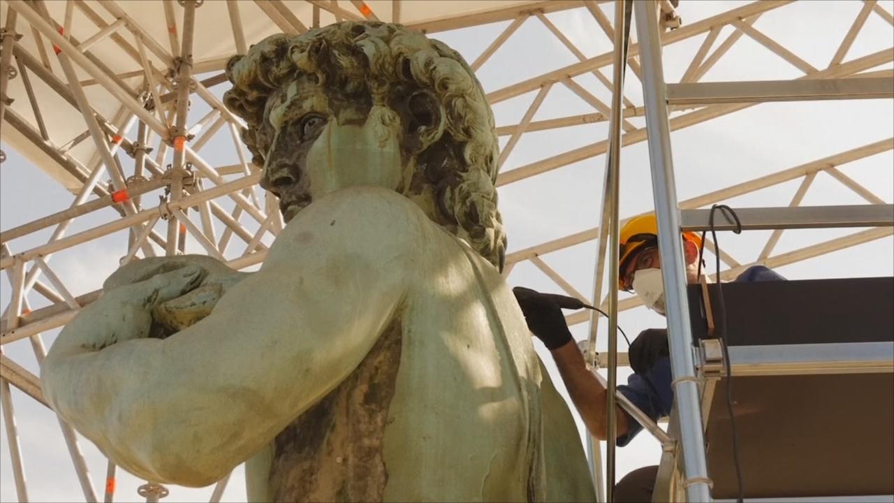 Площадь Микеланджело во Флоренции обновляют, а Давида – моют