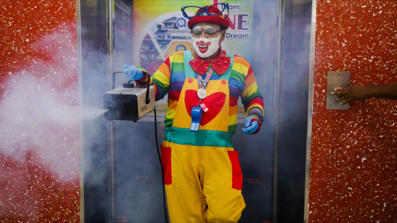 Клоун против COVID: ходит по домам и проводит дезинфекцию