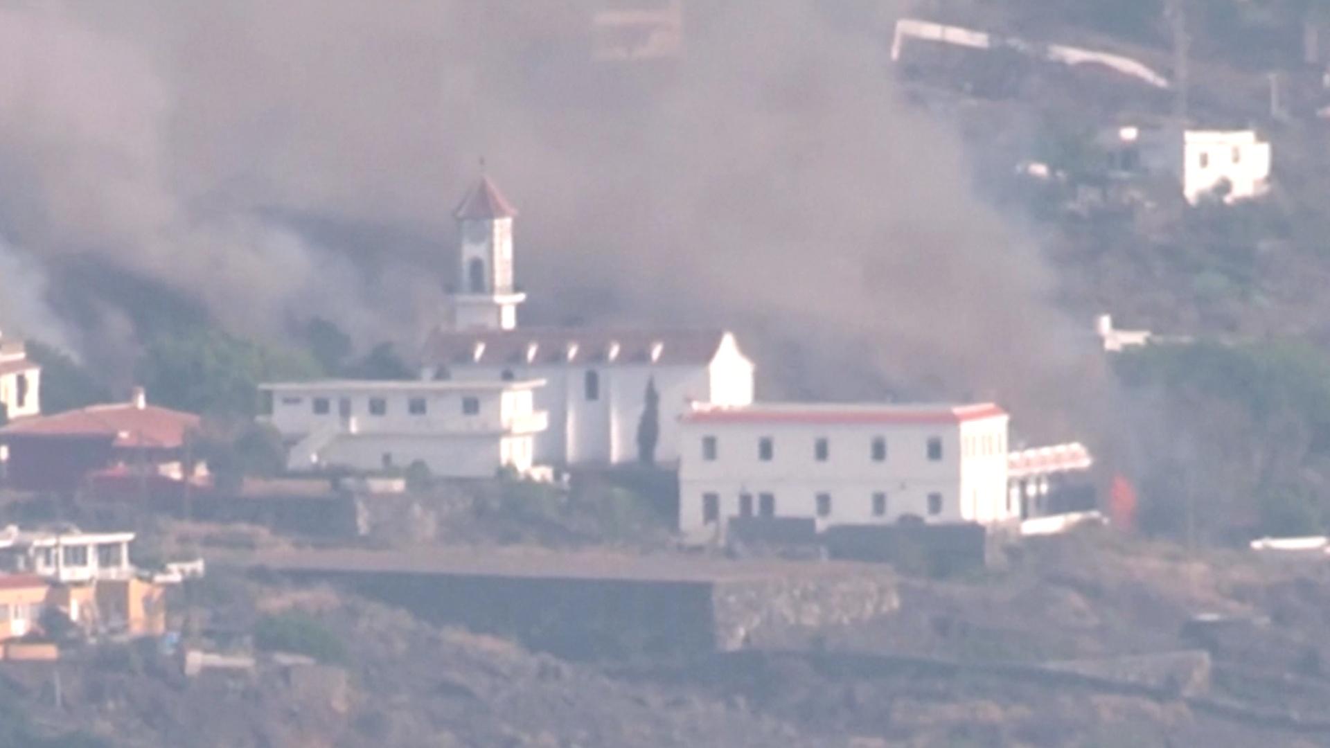 Лава на канарском острове сожгла церковь