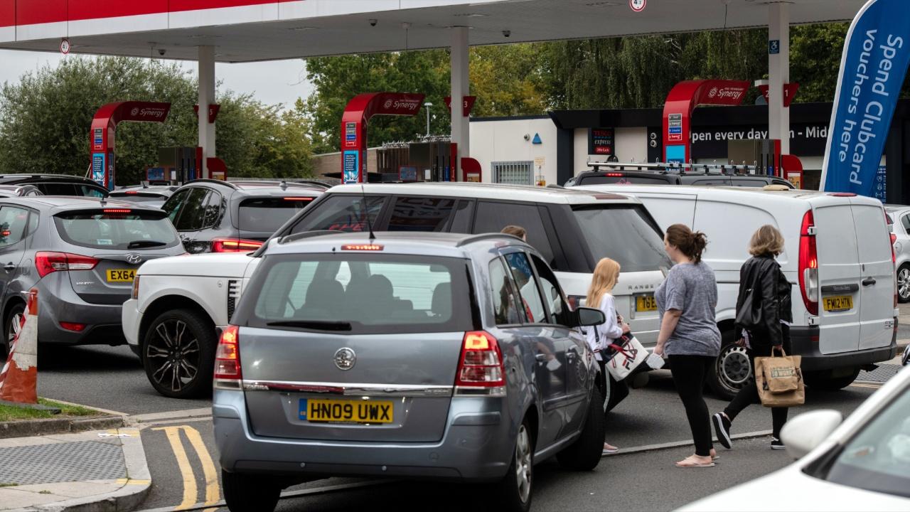Почему британские водители в панике скупают бензин