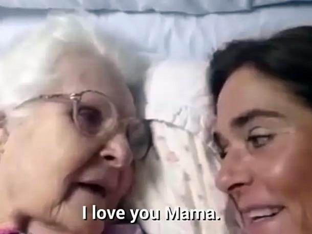 6 2 - Видео общения 87-летней женщины с дочерью стало вирусным