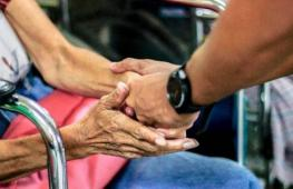 Кто в непогоду помог женщине в инвалидной коляске