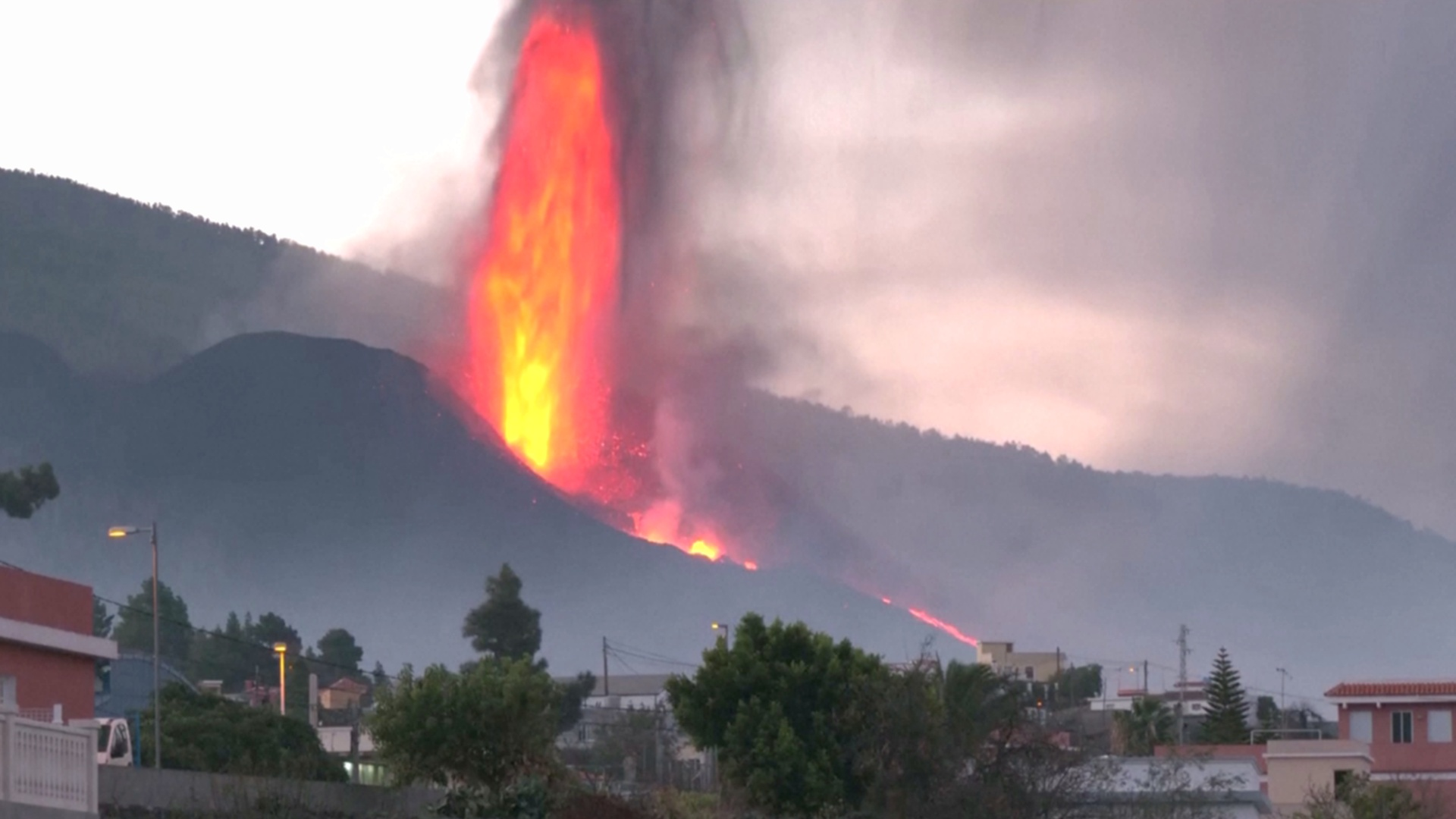 У канарского вулкана обрушился кратер, течёт новый поток лавы