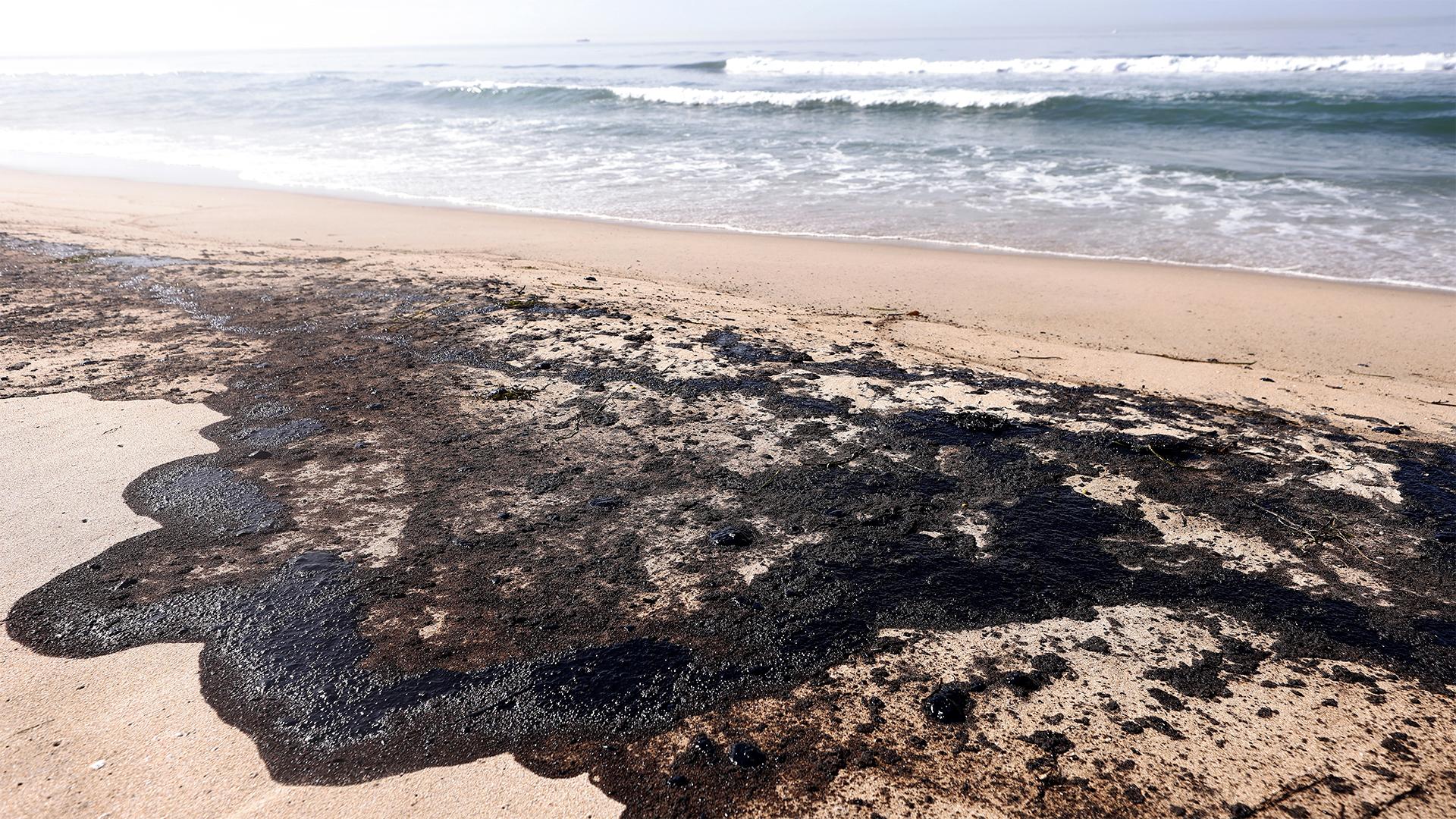 Прорыв трубопровода в Калифорнии: пустые пляжи с пятнами нефти