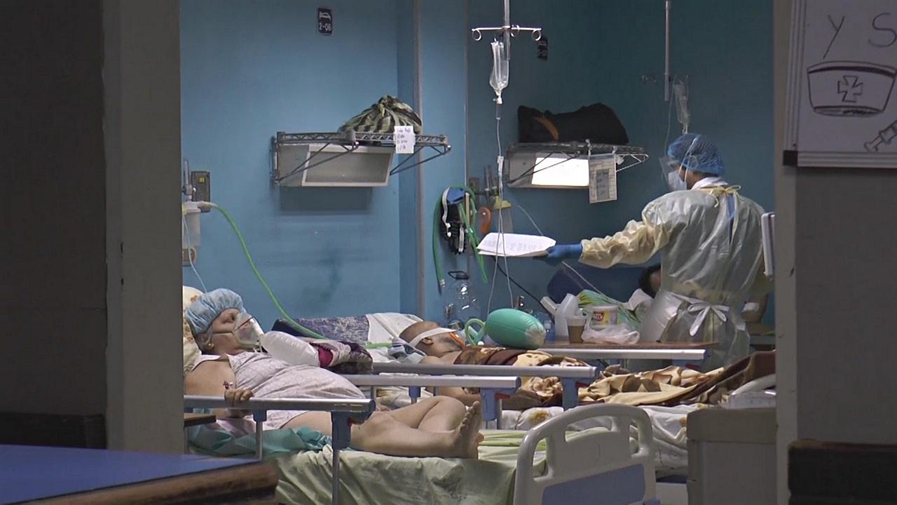 Тысячи долларов за сутки в клинике: как венесуэльцы с COVID собирают деньги на лечение