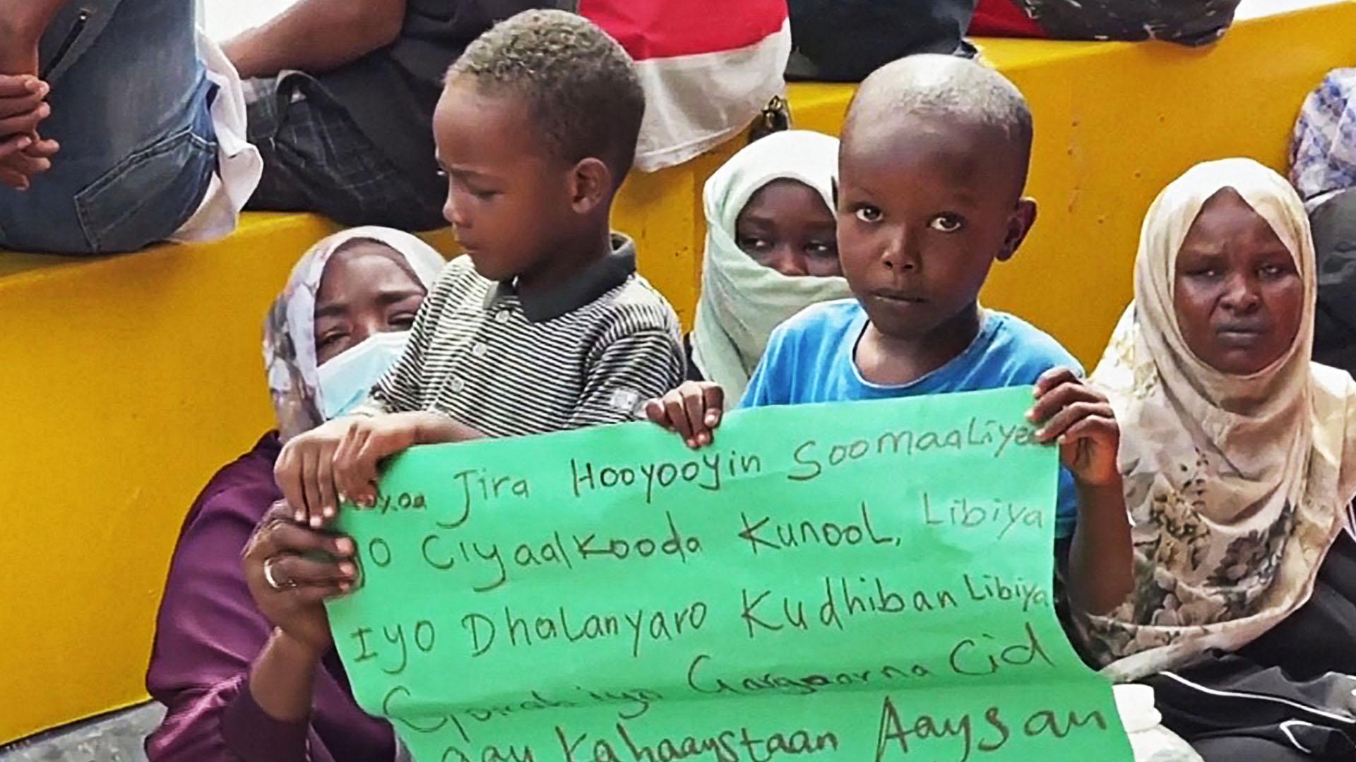 Мигранты собрались у офиса ООН в Ливии и требуют спасти их от пыток