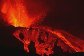 «Страшно и красиво»: посмотреть на извергающийся вулкан на острове Пальма тянутся туристы