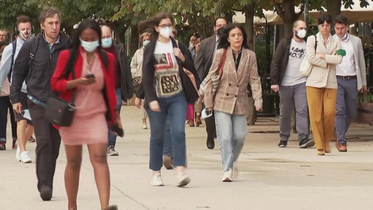 Из каблуков в кеды: как пандемия изменила офисную моду
