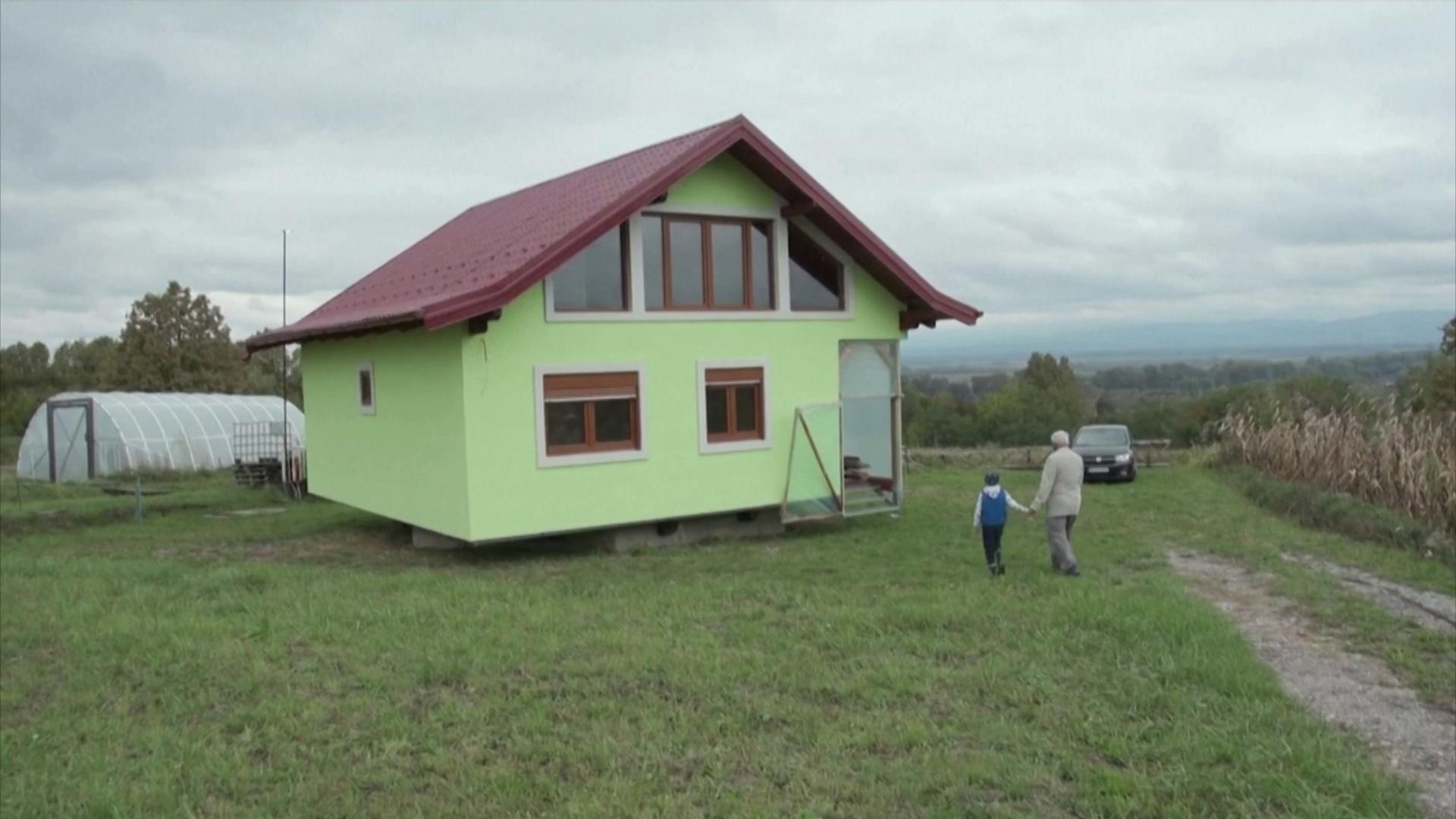 Босниец построил вращающийся дом, чтобы угодить жене