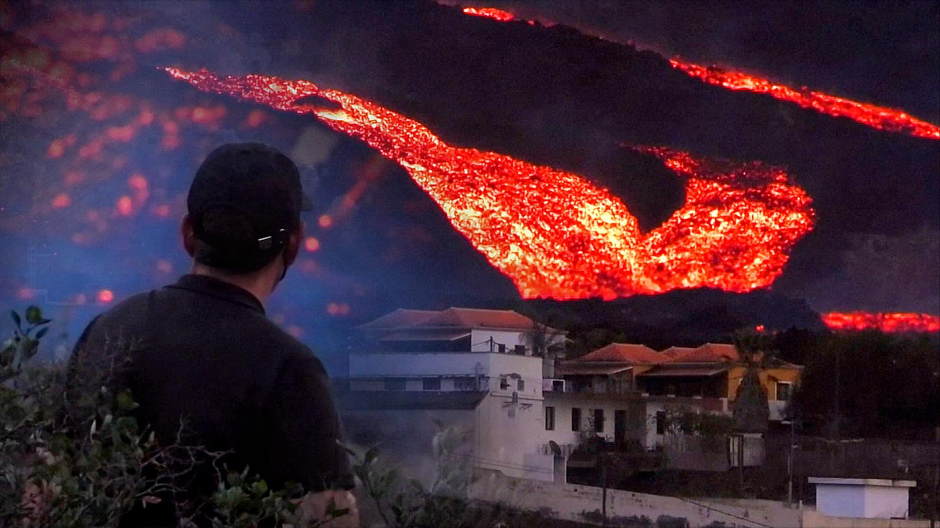 Туристы спешат посмотреть на извергающийся вулкан Кумбре-Вьеха