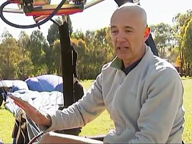 Австралиец пробежал полумарафон в воздушном шаре