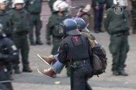 Полиция выносила антикапиталистов на руках