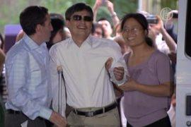 Чэнь Гуанчэн с семьей приехал в США
