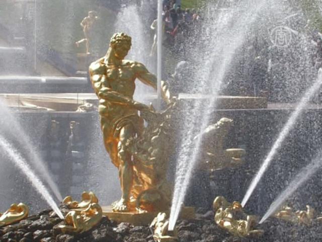 Струи фонтанов открыли новый сезон в Петергофе