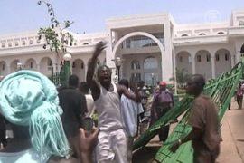 Временного президента Мали избила толпа