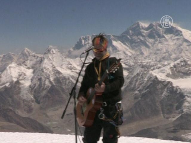 Музыканты сыграли на высокогорном пике ради сирот