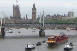 Дождь не помешал королевскому параду на Темзе