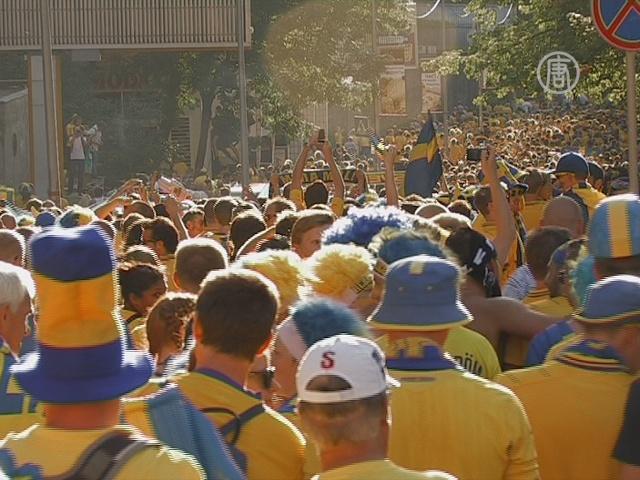Шведские фанаты прошли маршем по Киеву