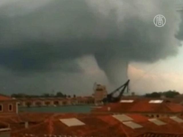 На Венецию обрушился шторм в форме торнадо