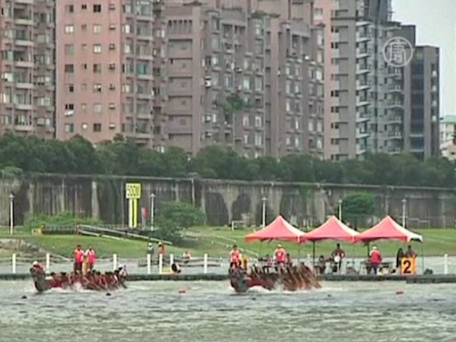 Тайваньцы состязались на лодках-драконах